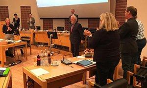 Stehende Ovationen im Gemeinderat für Harald Raß.